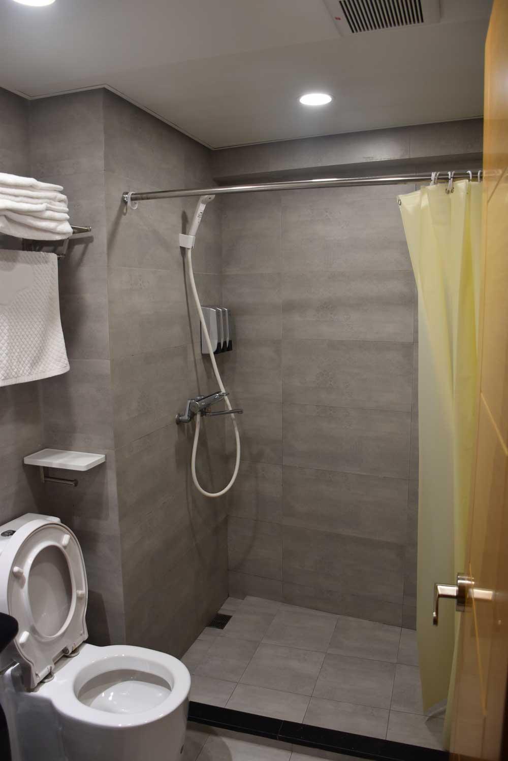 Macau Budget Hotels San Tung Fong Commercial Inn shower
