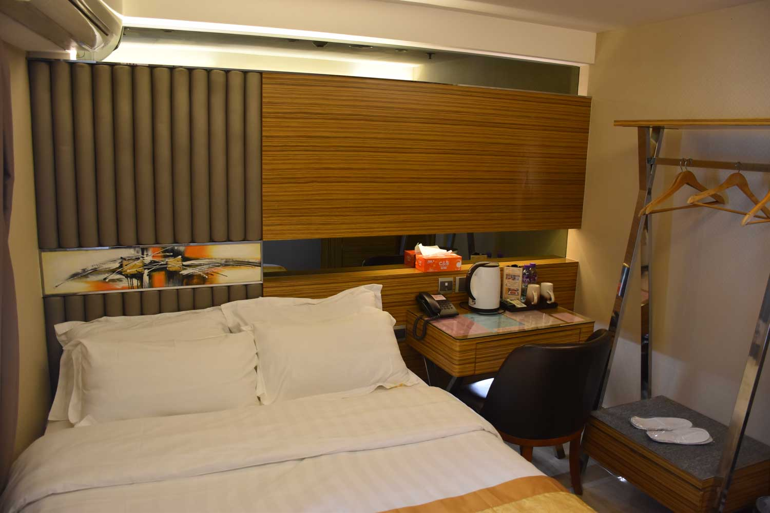 Hong Thai Hotel bed and desk